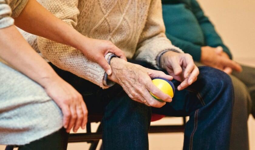 65-plussers komen na een val vaak in het ziekenhuis en moeten nadien revalideren.