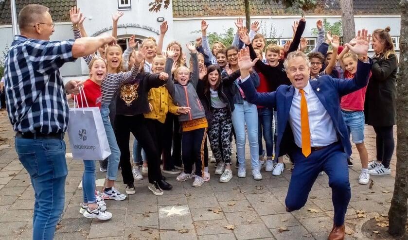 Enthousiasme bij wethouder Joosten (rechts vooraan), KJS conciërge Erik de la Rie en de kinderen van groep 8 over de School op SEEF schoolbrengweek.
