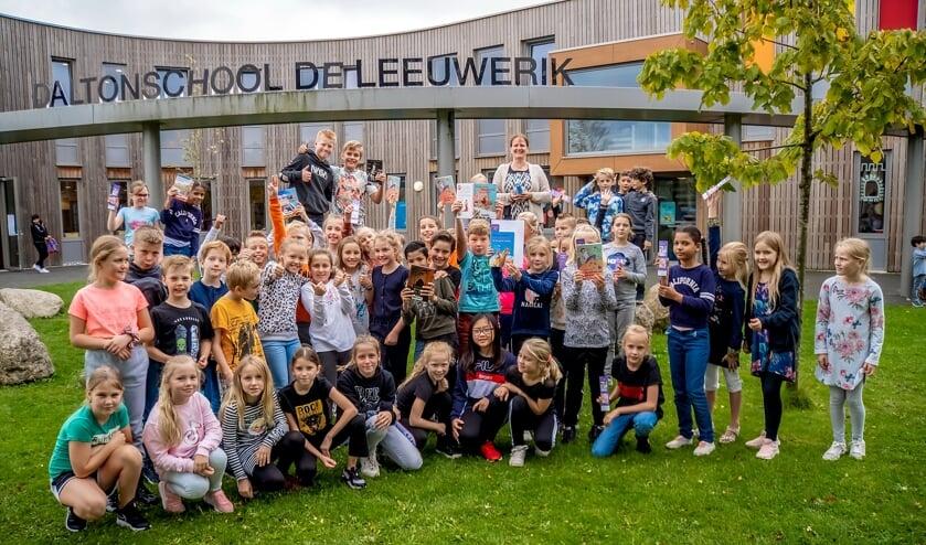 <p>Schrijfster Martine Letterie (achteraan) met groep 6a en 6b van Daltonschool De Leeuwerik.</p>