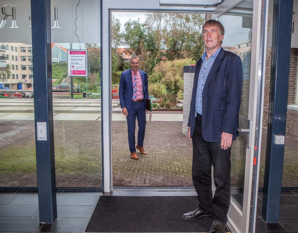De gaande en komende directeurbestuurder bij zorgorganisatie DSV: Hennie Kenkhuis en Jan de Vries (met bril). | Foto: Adrie van Duijvenvoorde Foto: Adrie van Duijvenvoorde © uitgeverij Verhagen