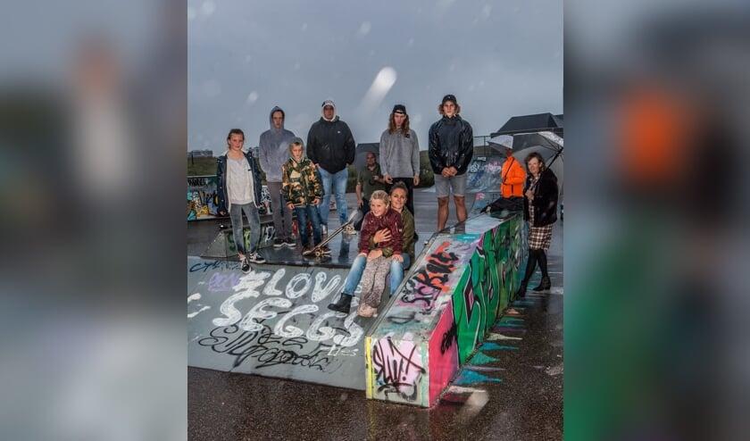 <p>De initiatiefnemers en een aantal gebruikers van het skatepark.   Foto: Adrie van Duijvenvoorde</p>