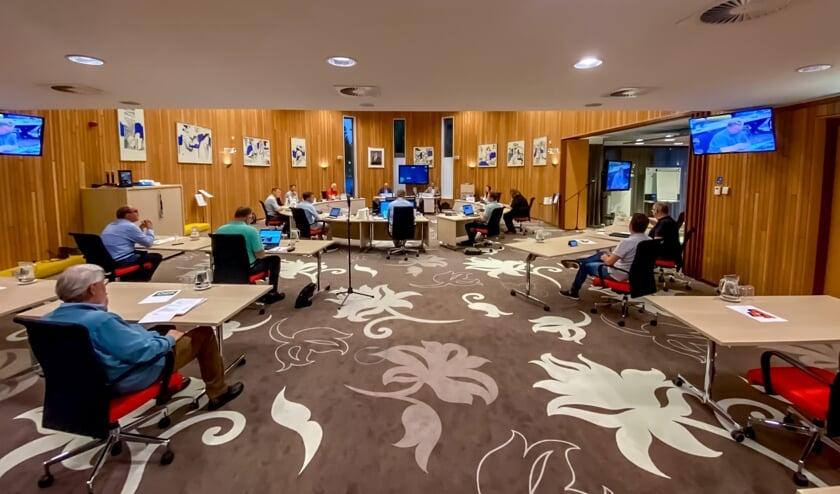 Voor het eerst in een half jaar werd maandag 14 september weer vergaderd  in de raadszaal van het Leiderdorpse gemeentehuis. Wel werden vanzelfspreken de coronamaatregelen strak gehandhaafd.