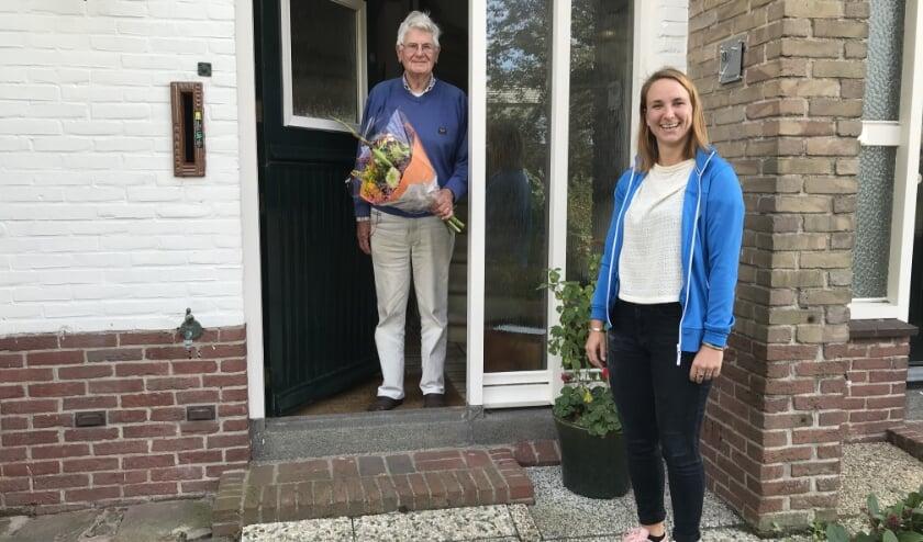 <p>Buurtwerker Dionne Scheepmaker verraste onder meer meneer Rothweiler met een boeket. | Foto: pr</p>