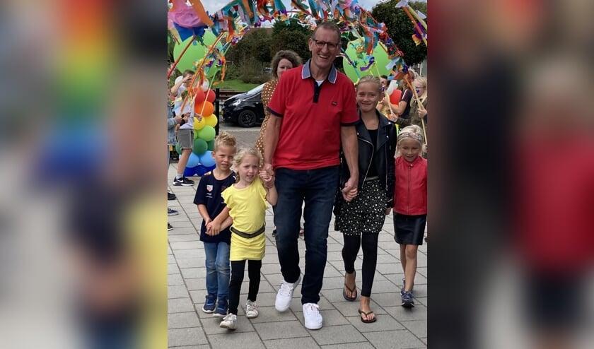 Nico Turenhout bij zijn afscheid op school met zijn kinderen en kleinkinderen   Foto: PR