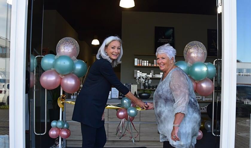 Moeder Hetty Rogaar opent de prachtige salon van dochter Angelique.
