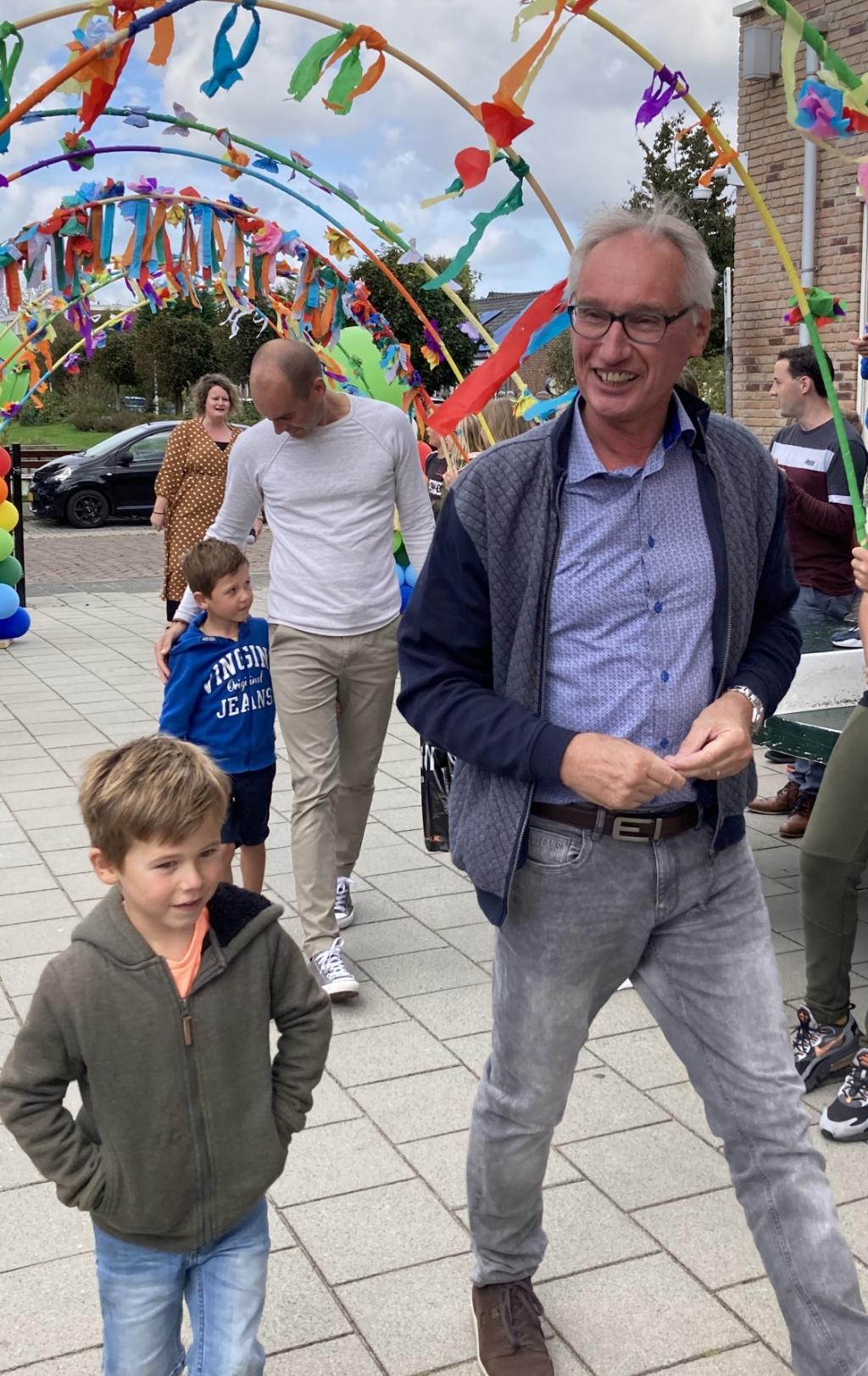 Meester en toneel auteur Rob Maayen bij zijn afscheid van de Andreasschool   Foto: PR  Foto:  © uitgeverij Verhagen