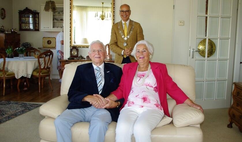 Aad en Ank van der Luit-Bisschops samen met burgemeester Emile Jaensch.   Foto Willemien Timmers