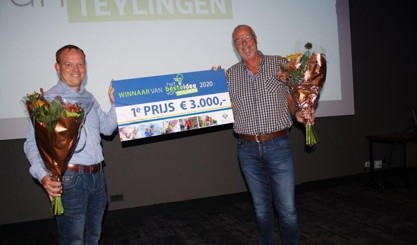 Korfbalvereniging TOP wint de eerste prijs voor wandelkorfbal met een derde helft. Links Bert Wilbrink, rechts voorzitter Ruud Westerbeek. | Foto: PdB