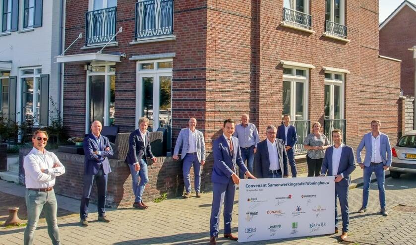 Vrijdag tekenden de partijen op de woningmarkt de samenwerking om met meer tempo voldoende woningen te bouwen. | Foto: PR