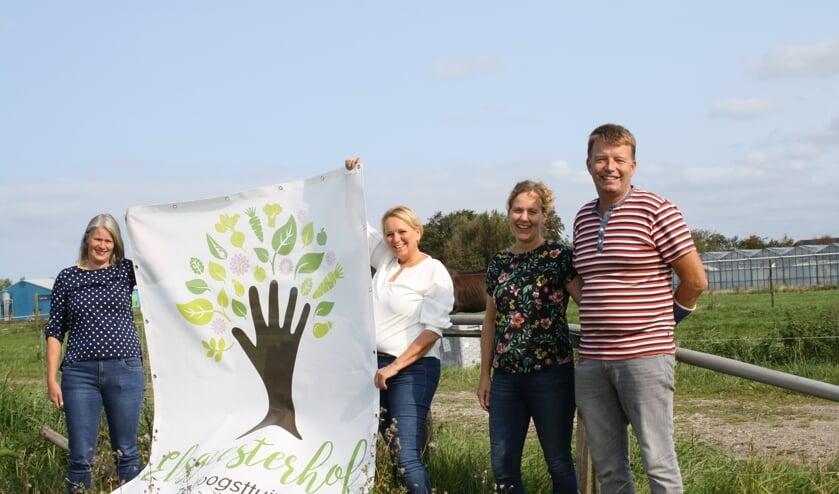 Voor de paardenwei waar in 2021 het nieuwe Elsgeesterhof  verschijnt. Van links naar rechts: Ingrid Verdegaal, Jacqeline Bader en het echtpaar Marion en Patrick Weijers | Tekst en foto: Piet de Boer