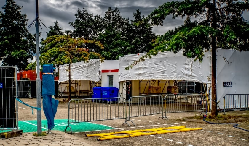 De tenten waarin de coronateststraat in Leiderdorp is gehuisvest, zijn niet bestand tegen winters weer.