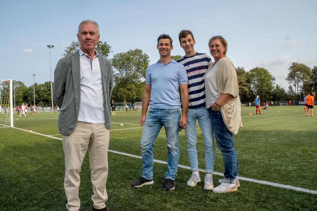 Wim Rijsbergen (links) opende het toernooi samen met Feijs, op de foto met zijn ouders.  Foto: J.P.Kranenburg © uitgeverij Verhagen