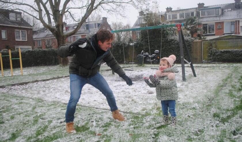 Voor het eerst sneeuwballen gooien met papa.