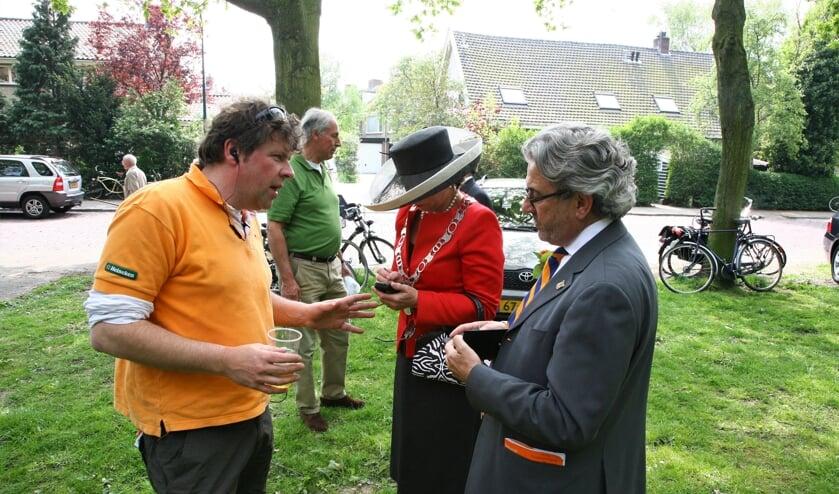 <p>30 april 2009, 14.58 uur, crisisberaad op de Hofdijck. Vlnr Jan-Willem Anholts, (Bas Koster), Burgemeester Els Timmers van Klink en Joop Verdonk. | Archieffoto</p>