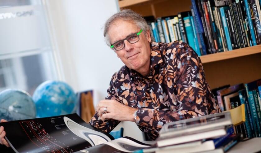 Wetenschapsjournalist Govert Schilling verzorgt een les over het heelal.
