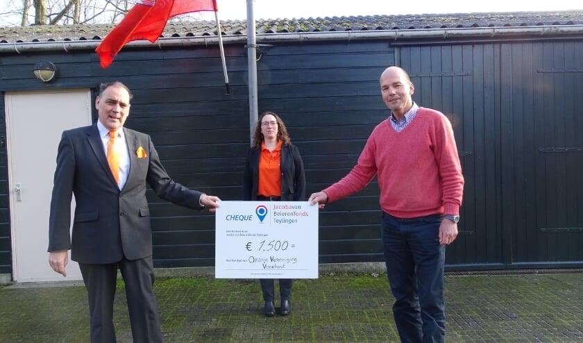 <p>Voorzitter Ton Wolvers en Stefanie IJsselmuiden van de OVV krijgen de cheque overhandigd van Marcel van der Broek (vice voorzitter Jacoba van Beierenfonds).&nbsp;&nbsp;</p>