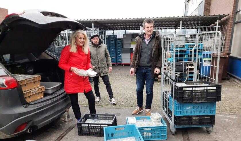 <p>Karin Mol van de Rotary Leiderdorp, Reinier Kempenaar (links) en chefkok Martijn Koeleman van De Dyck leveren de boerenkoolmaaltijden af bij de Voedselbank Leiden e.o.</p>
