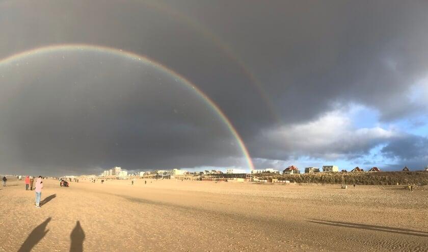 <p>Noordwijk onder een dubbele regenboog.   Foto: Martin Borsboom</p>
