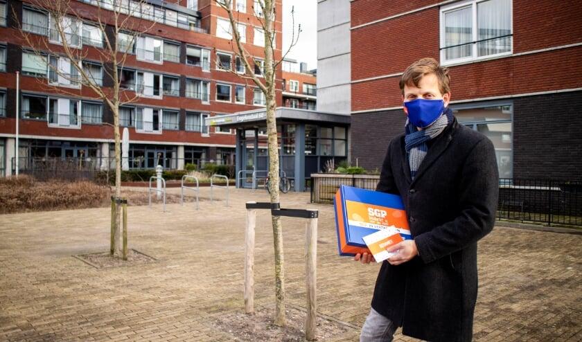 <p>Geert Schipaanboord met een doos stroopwafels bij De Ommedijk.</p>