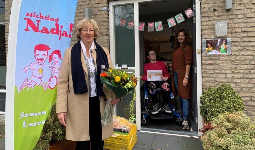 Burgemeester Driessen bracht de Vrijwilligersprijs thuis bij Anne van Zwieten, die hem samen met haar dochter Nadja in ontvangst nam. | Foto: Rudeboy Media B.V.
