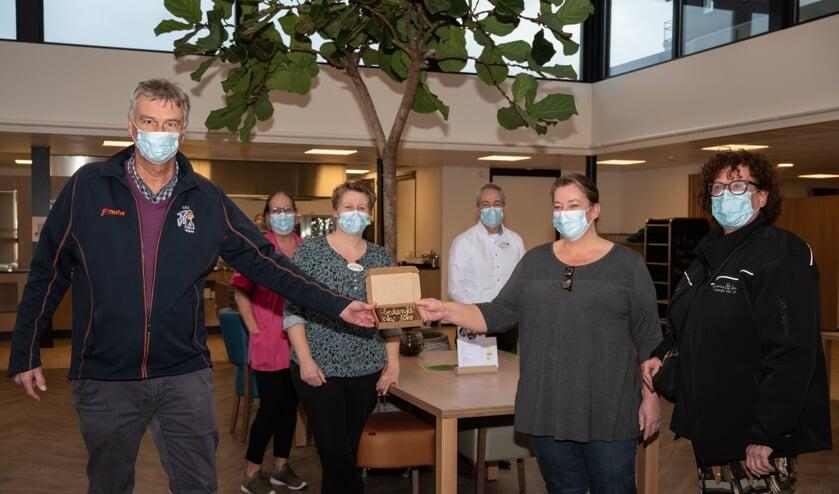 <p>Fiks-voorzitter Nico van Welzen en Reinetta de Mooij, kok bij Brownies&downieS overhandigden dozen vol grote brownies bij Van Wijckerslooth om de zorgmedewerkers te verrassen.</p>