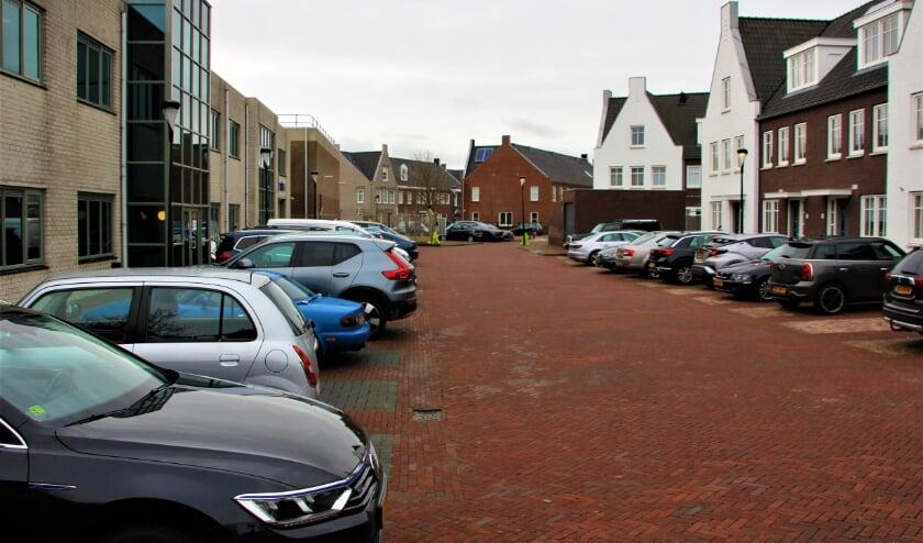 <p>Links het bedrijfsverzamelgebouw dat voorlopig geen plaats zal maken voorde beloofde sociale woningen.   Foto: Wim Siemerink</p>