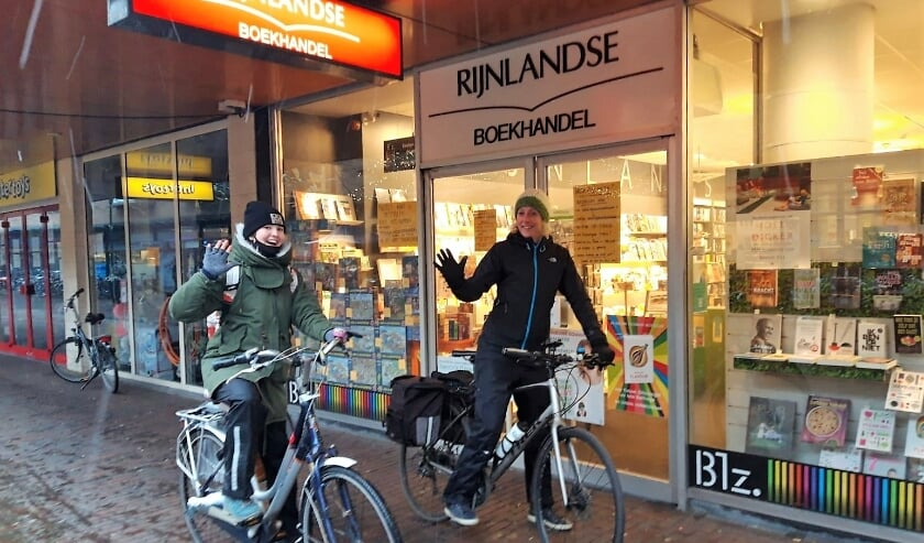 <p>Nienke en Lizzy afgelopen zaterdag bij de start van een barre fietstocht door de sneeuw om boeken in Oegstgeest en omgeving te bezorgen. Bestellen kan via telefoon, mail of website: www.rijnlandseboekhandel.nl.</p>