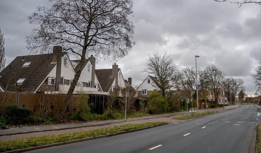 <p>De Simon Smitweg met links de wijk Holtlant.&nbsp;</p>
