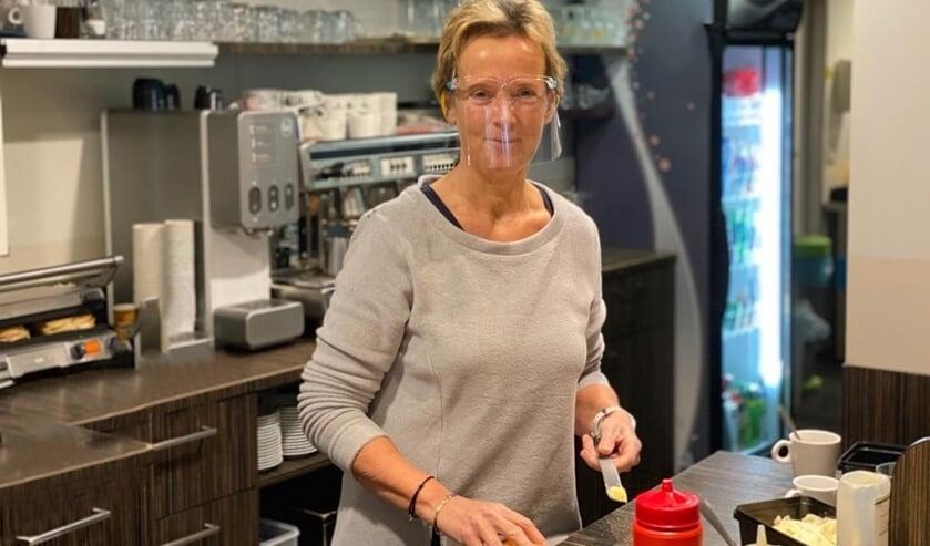 <p>Yvonne Warmerdam smeert de bestelde broodjes in haar lunchroom. | Foto: Chris de Jong.</p>