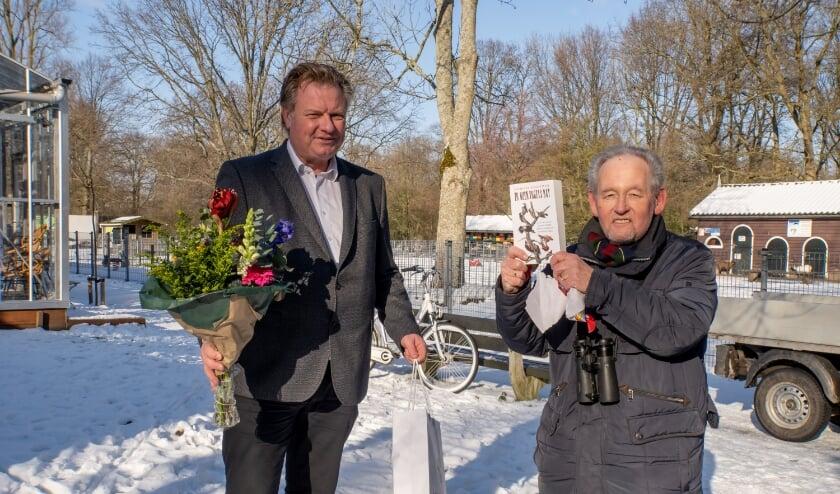 <p>Bert van Eijk (rechts) kreeg cadeautjes en bloemen van wethouder Rik van Woudenberg.   Foto: J.P. Kranenburg&nbsp;</p>