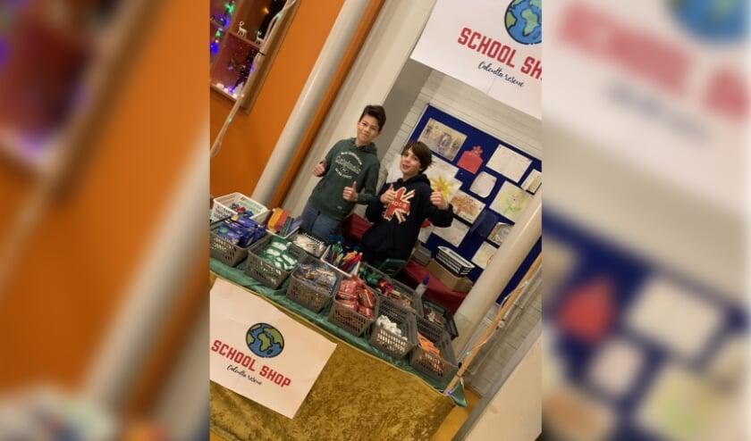<p>Caspar en Steyn in hun winkel in de Montessorischool.   Eigen foto</p>