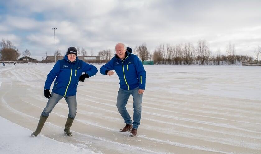 <p>Voorzitter Aad de Vries (rechts) en voormalig voorzitter John de Lange van de VIJL hebben zin in de opening van de ijsbaan.</p>