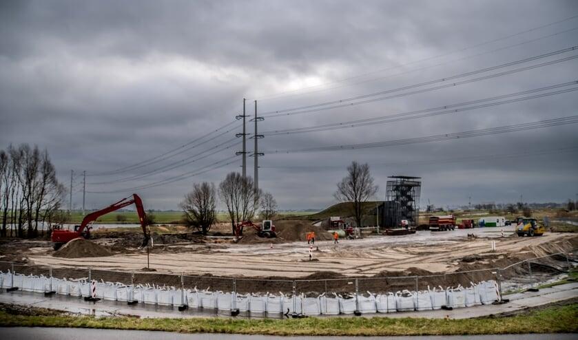 <p>Op de slappe veenbodem is een flink pakket grond gestort. | Foto: J.P. Kranenburg</p>