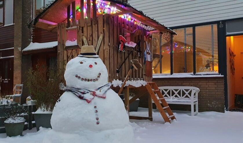 <p>&ldquo;Onze sneeuwpop staat voor onze plaatselijke apr&egrave;s skihut in onze voortuin,&rdquo; schrijft de familie Velema uit de Apollostraat in Sassenheim. &ldquo;De hut is zeer geliefd bij alle kinderen uit de buurt, met iedere keer weer een ander thema. We hebben ook een foto van de sneeuwpop met een TOP sjaal, omdat onze zoon Stefan op korfbal zit en groot fan is van TOP.&rdquo;</p>