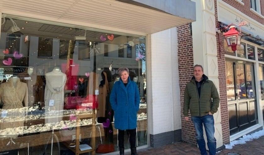 <p>Wethouder Jan van Rijn en een van de Hillegomse ondernemers op de Hoofdstraat. | Foto: pr</p>