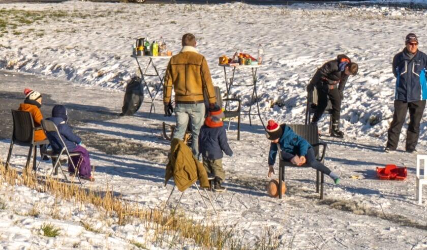 <p>Wennen aan het ijs op een slootje langs de Loevestein.</p>