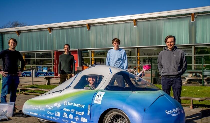 <p>Stan Zaalberg zit klaar voor de proefrit, achter de auto staan zijn teamgenoten v.l.n.r. Reinout Sterk, Adriaan Pardoel, Mats Steerneman en David van Rhede.</p>