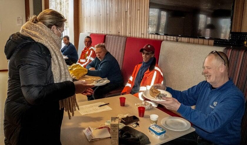 <p>Steunfractielid Hester Barendse van D66 Leiderdorp deelt appeltaart uit aan de medewerkers van de gemeentelijke buitendienst.&nbsp;</p>