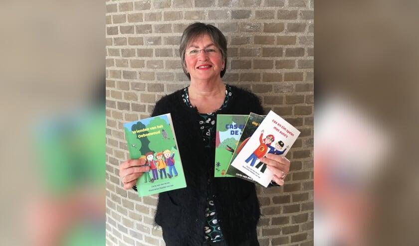 Carla van den Brink met de boeken die ze tot nu toe heeft gepubliceerd.