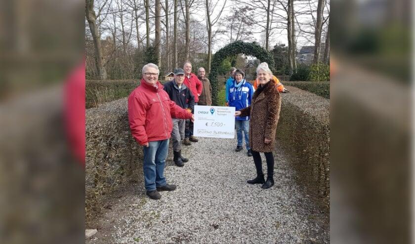 <p>Teun Nelemans en de vrijwilligers (l) ontvangen de cheque van het Jacoba van Beierenfonds van Mary van Putten (r). | Foto: pr.&nbsp;</p>