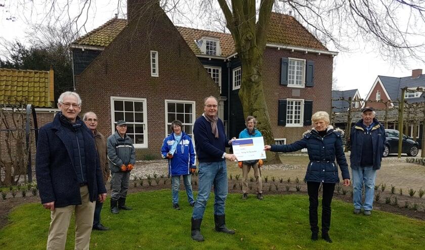 <p>Tiny Oostdam en Wim van Vliet (Rabobank) overhandigen de cheque aan Jan Westerbeek en de vrijwilligers. | Foto: pr.</p>