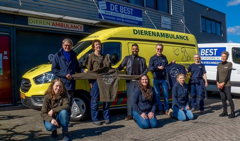 <p>Medewerkers van het Vogelasiel en de Dierenambulance in hun nieuwe kleding. Staand 3e en 4e van links sponsoren Rosh jeffrey Ganput en Edward Hardam.</p>