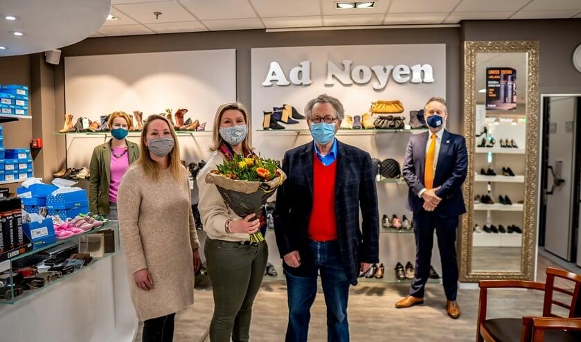 <p>LOV voorzitter Lorien de Roode en wethouder Willem Joosten (op de achtergrond) op bezoek bij schoenwinkel Ad Noyen.&nbsp;&nbsp;</p>