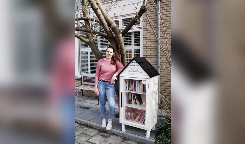 <p>Leonie van Zonneveld bij haar minibieb Het Kagertuintje.| Foto: pr.</p>