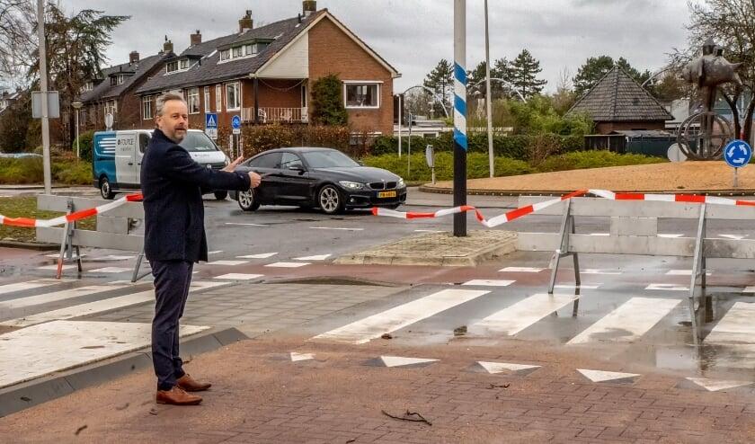 Wethouder Willem Joosten knipt het lint door, waarna de Ericalaan weer opengesteld werd voor al het verkeer.