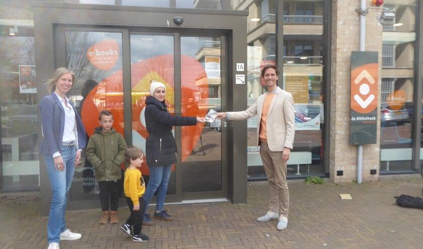 In Noordwijk reikte wethouder Ter Hark de eerste Wandelwaaier uit. | Foto en tekst: Ina Verblaauw