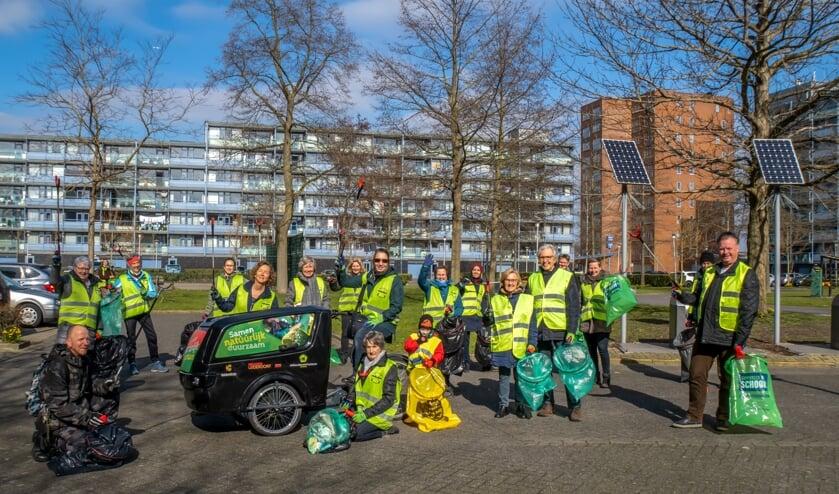 <p>De Straatjutters samen met een aantal 'losse' vrijwilligers en wethouder Rik van Woudenberg (geheel rechts).</p>