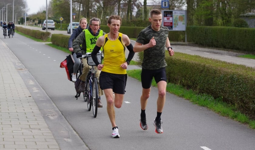 Arjan van der Hoorn met Bram Prins (haas) en Piet van der Luijt (fietser)