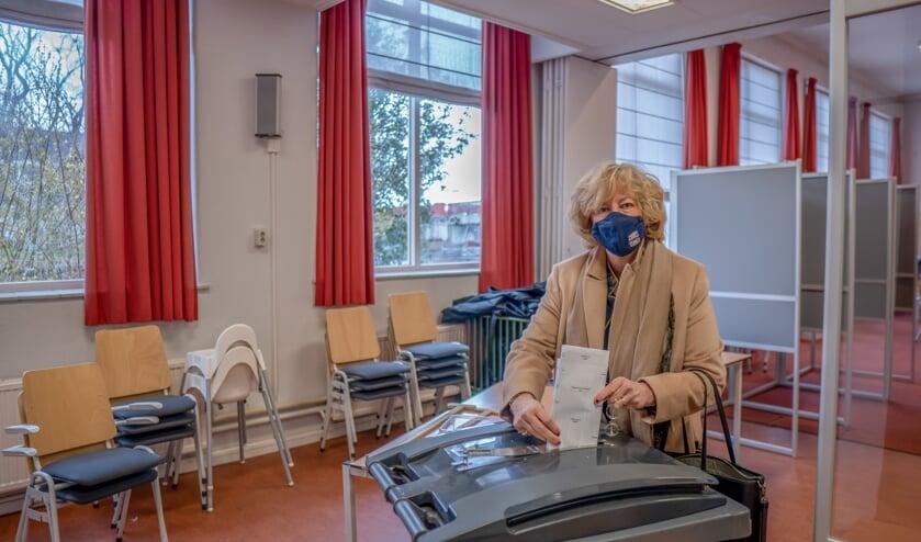 <p>Burgemeester Laila Driessen laat haar stembiljet in de stembus glijden.</p>