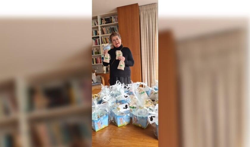 Voorzitter Lia Ligthart met de paascadeautjes.